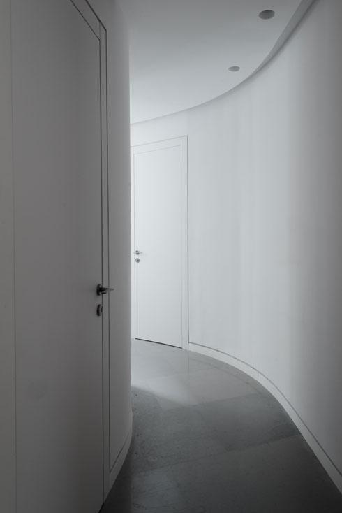 המסדרון המעוגל המקשר בין חדרי השינה בקומת הכניסה (צילום: גדעון לוין)