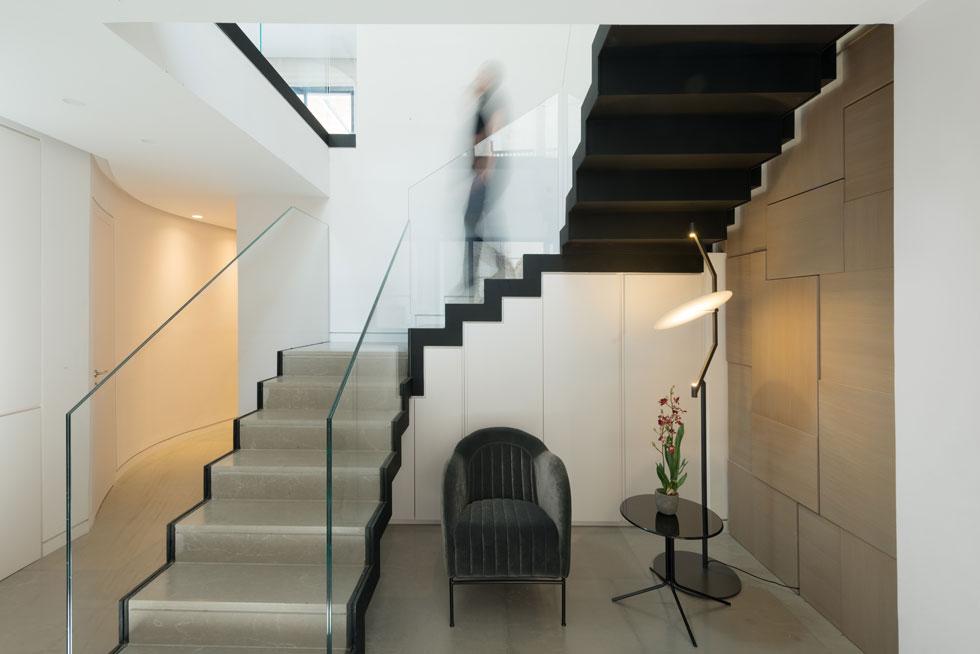 המבואה בקומת הכניסה (שהיא הקומה האמצעית). ממנה יוצא (משמאל) מסדרון מעוגל, המקשר בין חדרי השינה (צילום: גדעון לוין)