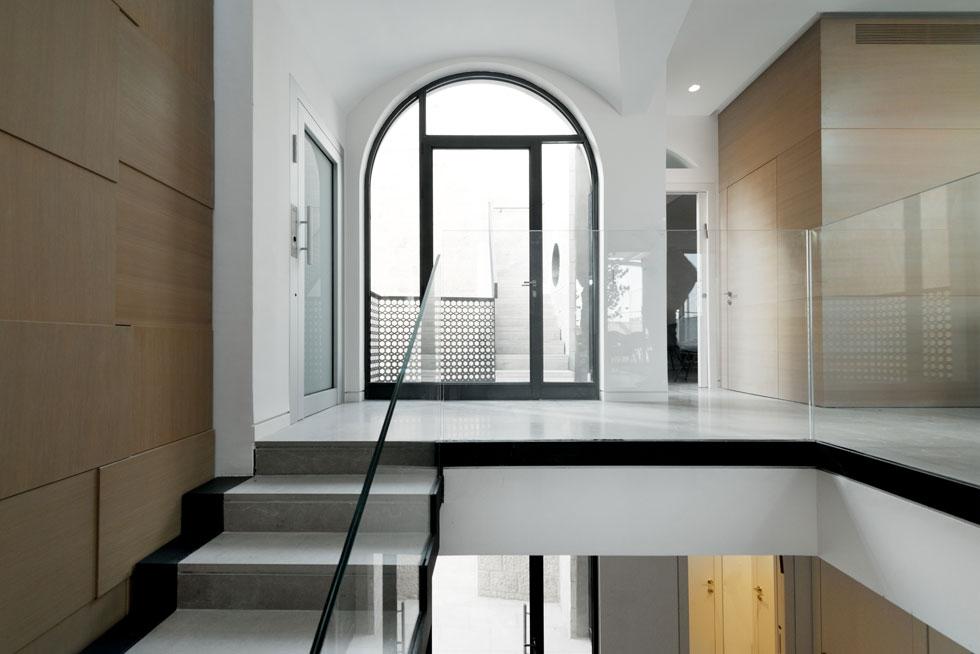 """האדריכלים שילבו חומרים שלא כל כך נפוצים ברובע היהודי, כמו ברזל ובטון. """"נכון שהם נחשבים לקשים"""", אומר רוזנשיין, """"אך אלה חומרים חיים, נושמים ומשתנים, והם מרככים בסופו של דבר את האבן"""". משמאל נראית דלת המעלית הפנימית   (צילום: גדעון לוין)"""