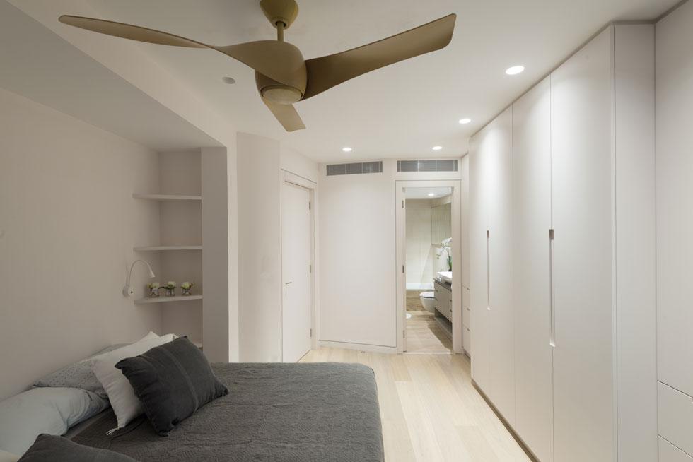 אחד משבעת חדרי השינה, שלחלקם צמוד חדר רחצה. עלות השיפוץ הסתכמה בכ-750 אלף דולרים (צילום: גדעון לוין)