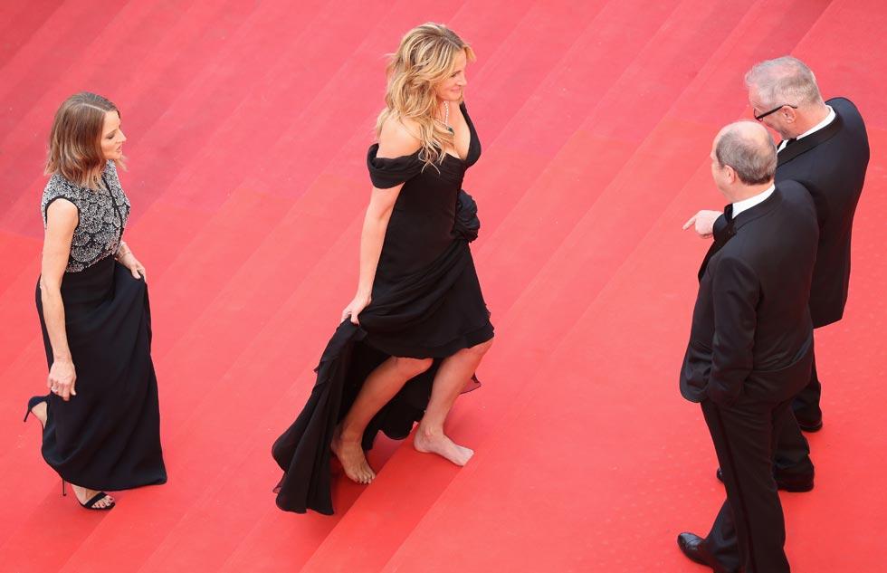 """""""קורה לא מעט בקרסוליים שלי"""". יחפה על השטיח האדום בפסטיבל הסרטים בקאן (צילום: Gettyimages)"""