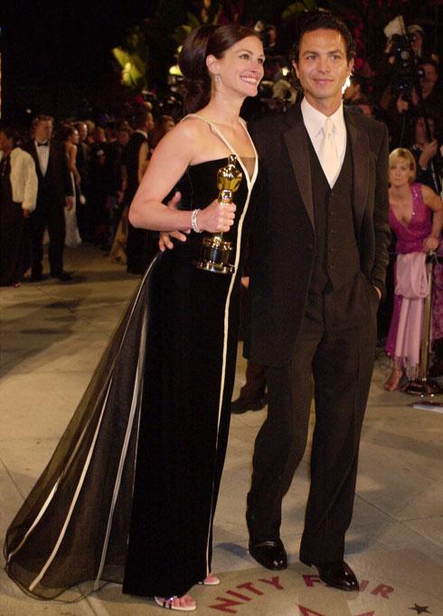 """בשמלה של ולנטינו, 2001. """"הלבשתי בחיי כל כך הרבה נשים מפורסמות, אבל אם עליי להיות כנה, מי שגרמה לי להתרגש יותר מכל היתה ג'וליה רוברטס"""", אמר המעצב (צילום: AP)"""