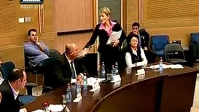 אנסטסיה מיכאלי שופכת מים על ראלב מג'אדלה (צילום: באדיבות ערוץ הכנסת) (צילום: באדיבות ערוץ הכנסת)