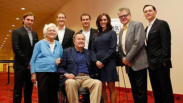 לינד, במרכז, לצד בוש ורעייתו ברברה (צילום: AP) (צילום: AP)