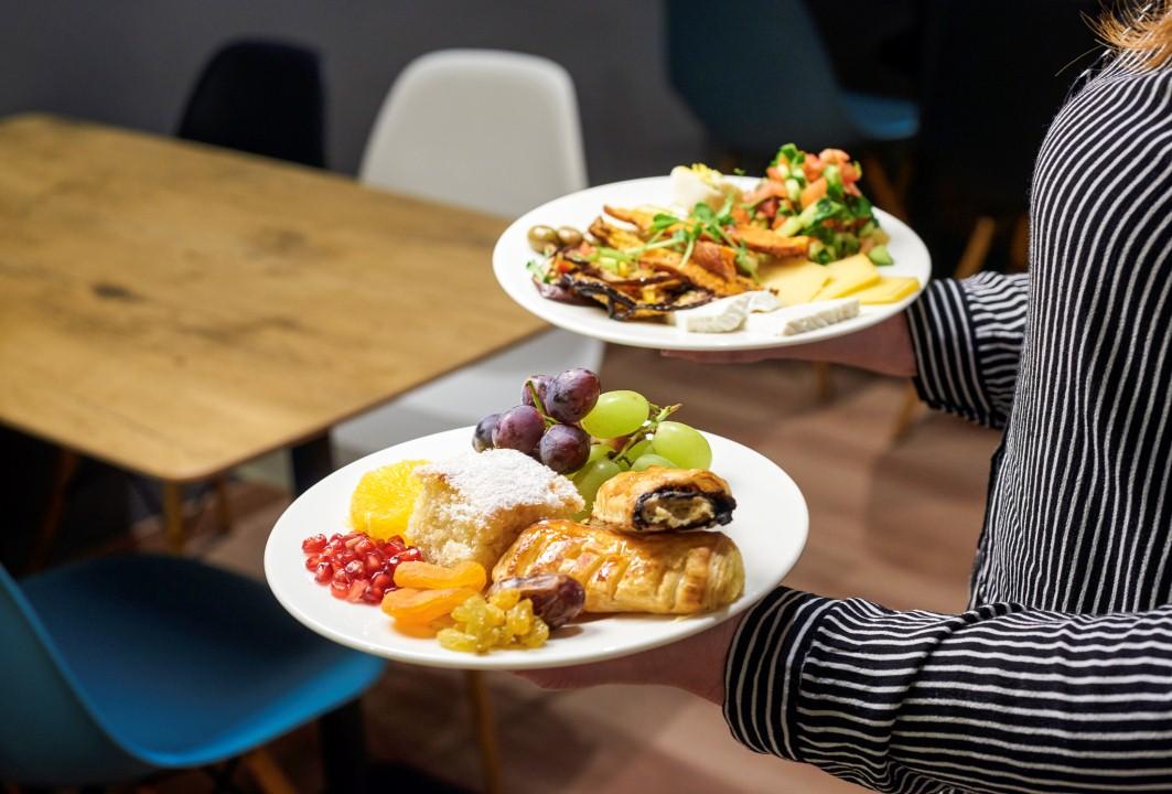 כלולות במחיר: ארוחות בוקר קונטיננטליות (צילום: יעל הרמן) ()