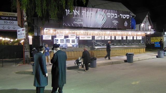 חנויות, בתי קפה ודוכנים - והכול בעברית (צילום: אמיר בוגן)