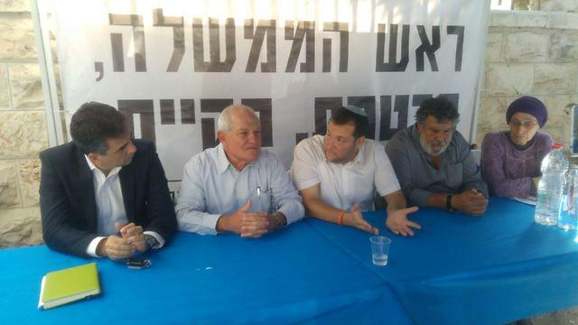 The protest tent this week. Shomron Regional Council head Yossi Dagan is center with Ministers Haim Katz and Eli Cohen to his left (Photo: Shomron Regional Council)