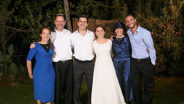 ג'ון לוין (שני משמאל) ומשפחתו (צילום: אלבום פרטי) (צילום: אלבום פרטי)