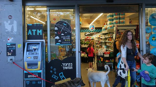Several cities rushed to change bylaws permitting Shabbat commerce before the Supermarket Law passes (Photo: Motti Kimchi)