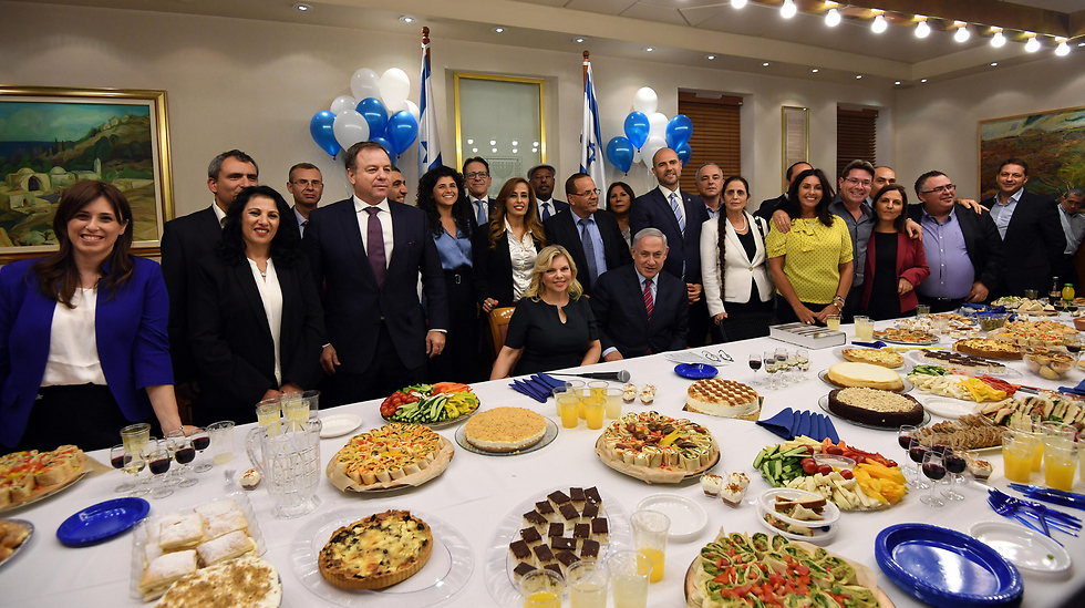 Netanyahu's birthday party. The prime minister is building his power today on his cooperation with the young ministers   (Photo: Haim Zach, GPO)