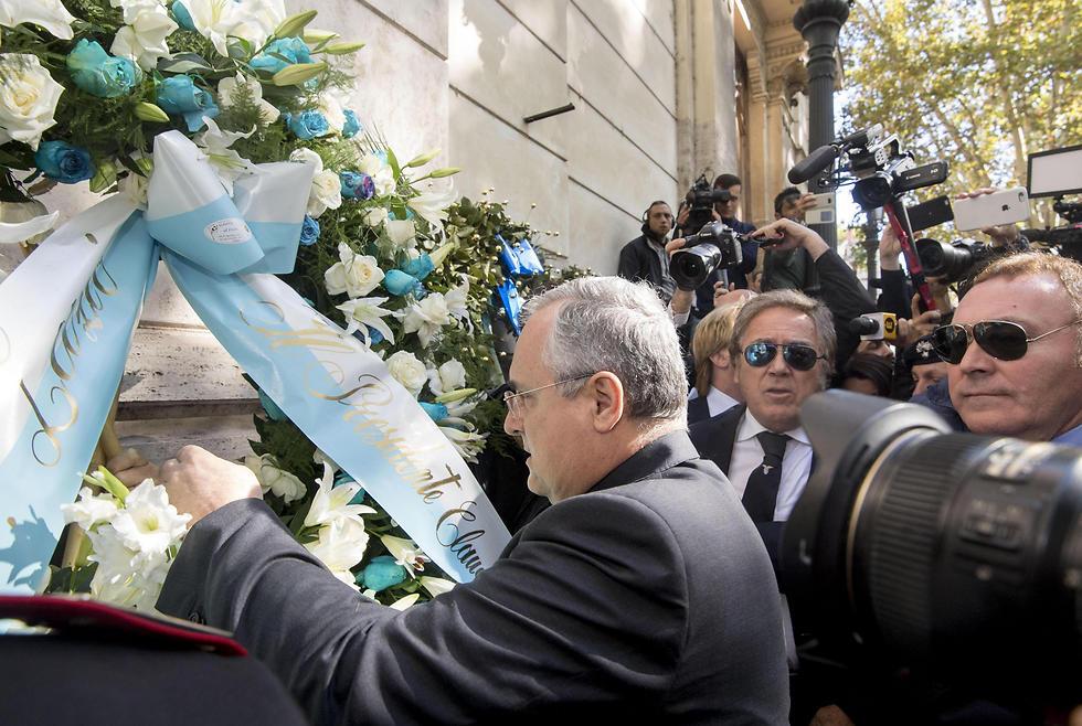 הסתבך. לוטיטו בבית הכנסת (צילום: EPA) (צילום: EPA)
