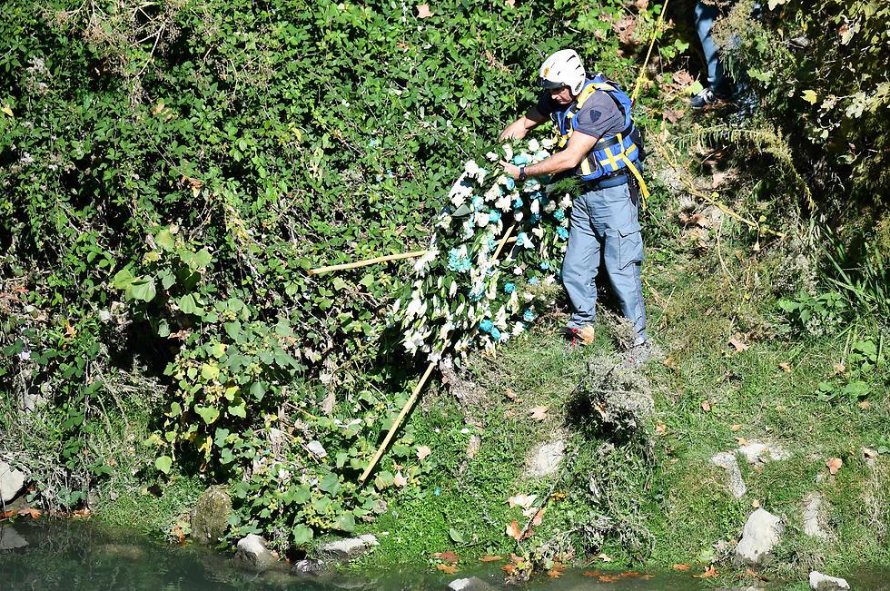 """הזר """"מחולץ"""" מהנהר (צילום: AFP) (צילום: AFP)"""