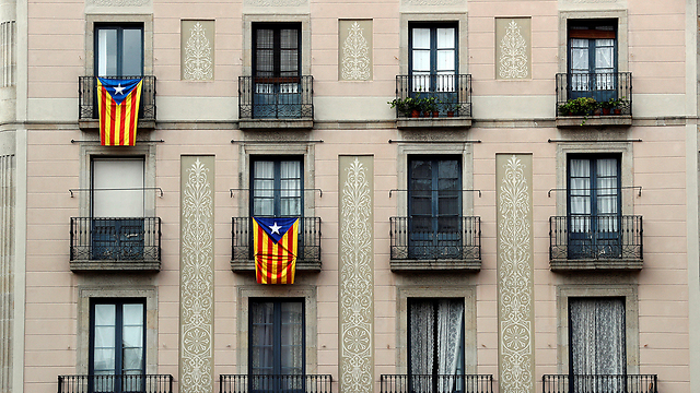 Catalans in Barcelona promote independence (Photo: Reuters)