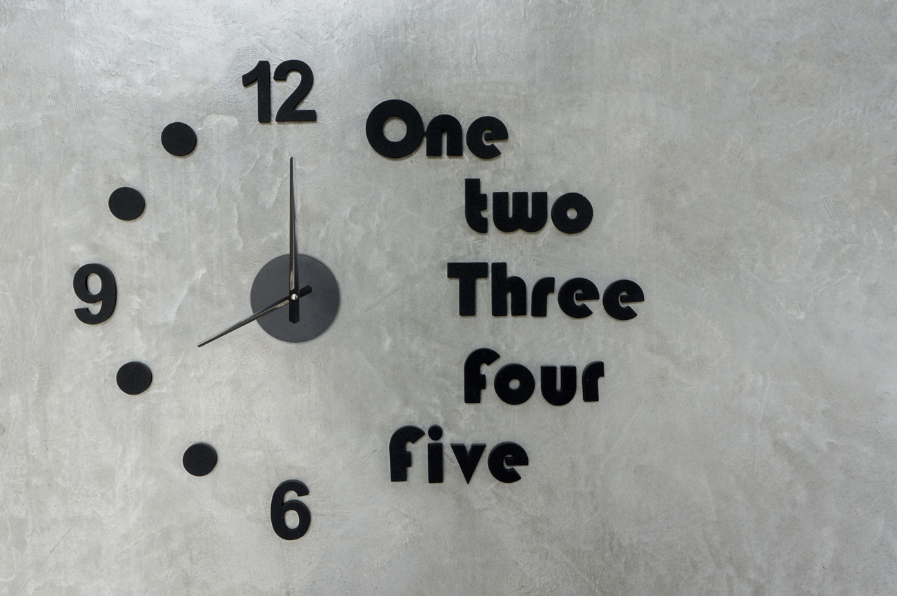 שעון על כל הקיר: יכול להיות אלמנט דומיננטי בחלל עבודה ביתי או במשרד (צילום: shutterstock) (צילום: shutterstock)