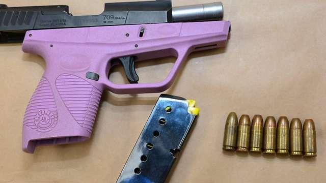 האקדח בצבע הלא שגרתי (צילום: מתוך פייסבוק) (צילום: מתוך פייסבוק)
