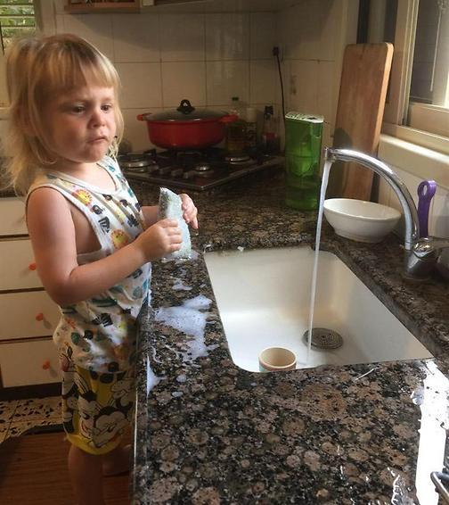 לתת לילד לעשות את המטלות ולהראות לו שסומכים עליו (צילום: אלבום פרטי)