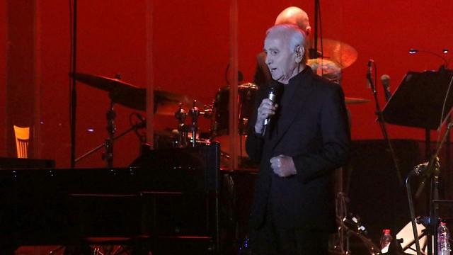 על הבמה בתל אביב. שארל אזנבור (צילום: סיון פרג') (צילום: סיון פרג')