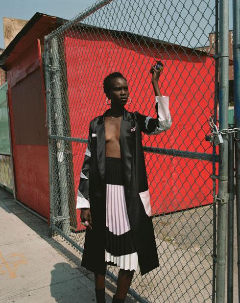 """""""אני מרגיש שהבגדים שאני עושה עכשיו יותר מתוחכמים משמלות המחשופים העמוקים שעיצבתי בתחילת הדרך"""" (צילום: דודי חסון)"""