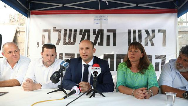 Bennett with the protesting settlers (Photo: Miri Tzachi)