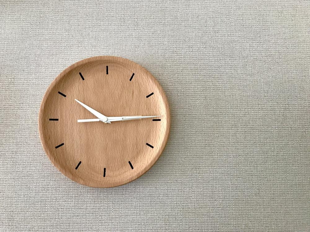 צלחת עץ פשוטה או צלחת מסבתא יכולים להפוך לשעון (צילום: shutterstock) (צילום: shutterstock)