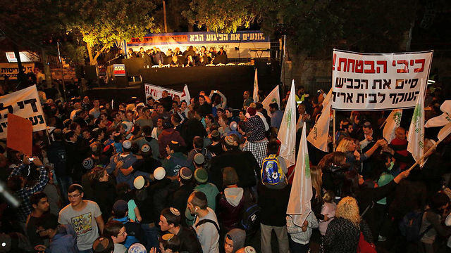 Settlers protesting outside PM's residence (Photo: TPS)
