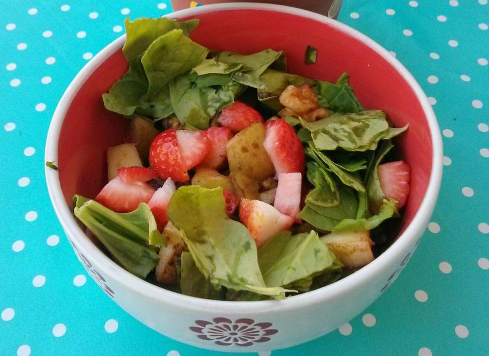 הצעה לארוחת בוקר: פירות שאוהבים וכמה עלים (צילום: נועה דורון דוידזון)