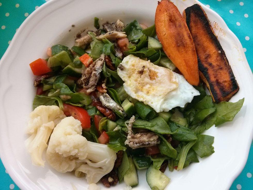 """עוד הצעה לארוחת בוקר: """"ארוחת בוקר פליאו"""": סלט ירקות, סרדינים, ביצת עין הפוכה, בטטות אפויות וכרובית מבושלת (צילום: נועה דורון דוידזון)"""
