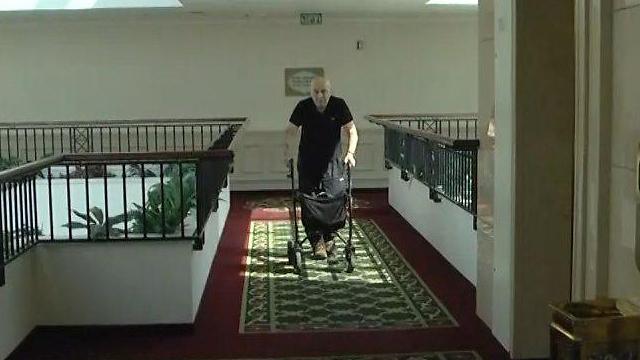 """זאב קונדה המתגורר בבניין. רעייתו: """"הוא יהיה בבית סוהר 24 שעות"""" (צילום: ניצן דרור) (צילום: ניצן דרור)"""