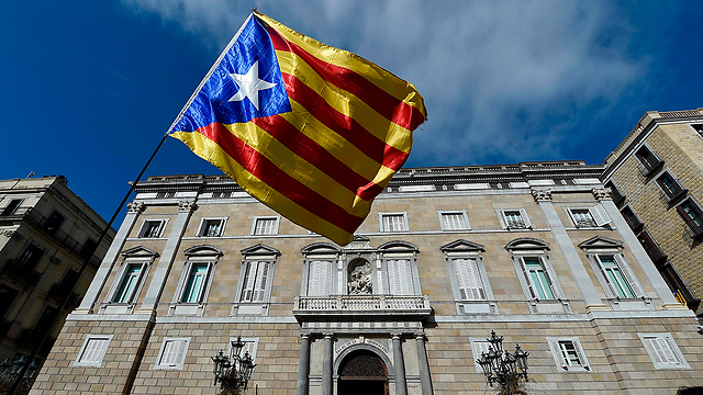 דגל קטלוניה בכניסה לבניין הממשלה בברצלונה (צילום: AFP) (צילום: AFP)