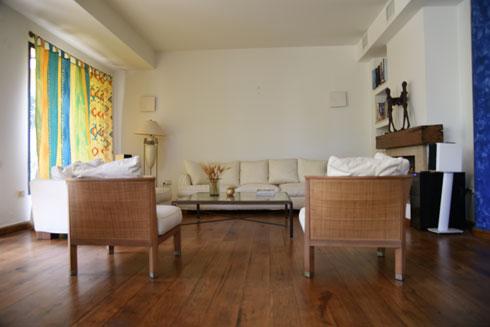 הסלון לפני. רצפה שממה ווילון מיושן (צילום: ריקי ילין)
