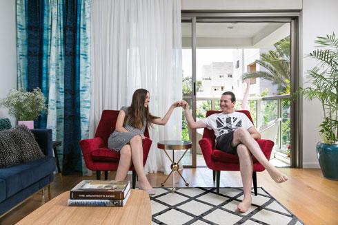 בני הזוג יעקובוביץ בסלון, בסוף התהליך (צילום: שירן כרמל)