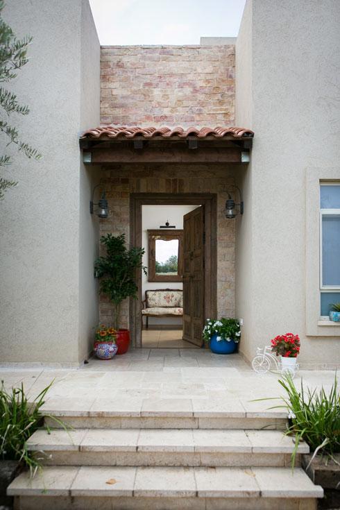 הכניסה לבית, אחרי הריענון (צילום: שירן כרמל)