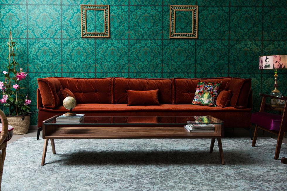קשה להאמין, אבל הסלון של טליה אלמוג היה קודם לבן וסתמי. תהליך הסגנון החל בטפט, אליו צוותה ספה בגוון חלודה, ומשם נבחרו כל יתר הפריטים (צילום: שירן כרמל)