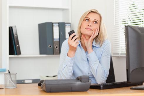 בזמן משימה שאת חייבת לסיים בזמן מוגדר, שימי את הנייד על שקט והכניסי לתיק (צילום: Shutterstock)
