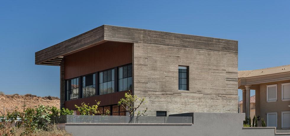 """""""אנחנו מאוד אוהבים את הבטון החשוף"""", אומר דן ישראלביץ. """"אמנם לא כל לקוח רוצה בית על טהרת הבטון, אך יש כאלה שנגועים בחיידק כמונו''  (צילום: עודד סמדר)"""