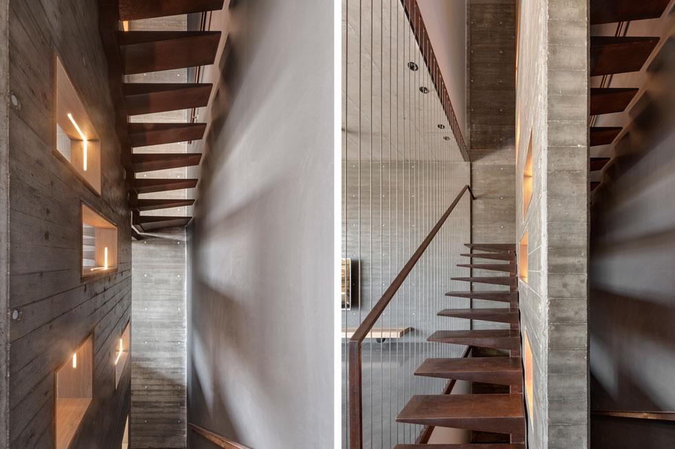"""את גרם המדרגות המרחפות והמעקה יצר אמן הברזל סתיו פרולנקו. מצד אחד מיתרים אנכיים, מצדו השני קיר בטון עם פתחים דקורטיביים. ההורים אינם חוששים כשילדיהם מטפסים במדרגות. """"ילד בן שנתיים הולך פה בעיניים עצומות כמו ענק"""", מעיד האב (צילום: עודד סמדר)"""