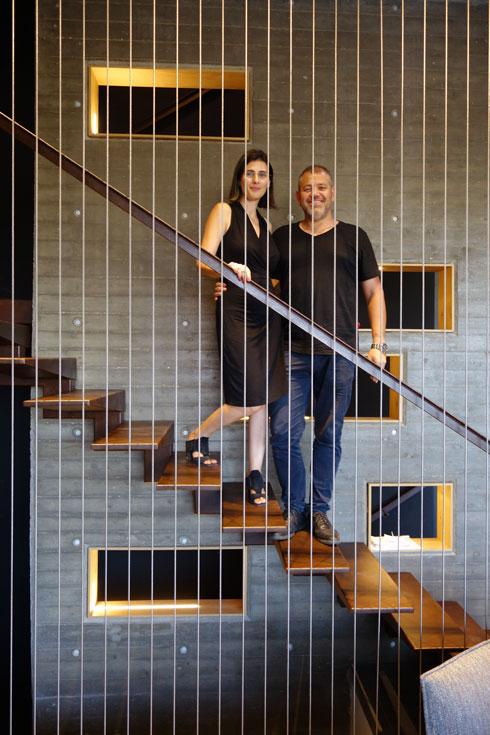 האדריכלים דן והילה ישראלביץ. מתמחים בבתים פרטיים ואוהבים ''מצחיות'' (צילום: מיכאל יעקובסון)