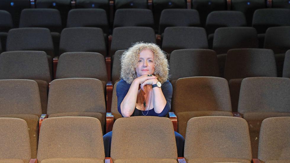 """הדרמות בחייה של מנכ""""לית גשר סוערות לא פחות מהצגות התיאטרון"""