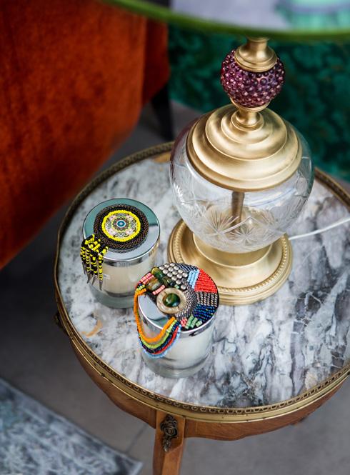 שולחן צד קטן ומנורה של ''באבו'' (צילום: שירן כרמל)