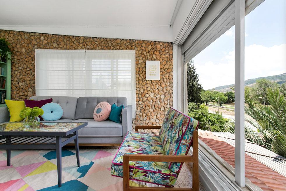 בסלון ביתה השכור של שי פלקס הושקע עיקר המאמץ ברהיטים שיוכלו לעבור איתה הלאה לבית הבא (צילום: שירן כרמל)