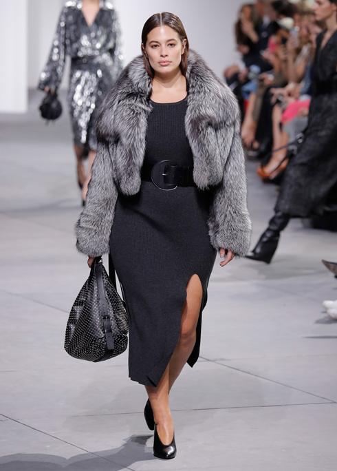 דוגמנית הפלאס סייז הראשונה שלוהקה לתצוגה בשבוע האופנה בניו יורק שלא מתמקדת במידות גדולות. אשלי גרהאם על המסלול של מייקל קורס (צילום: Gettyimages)