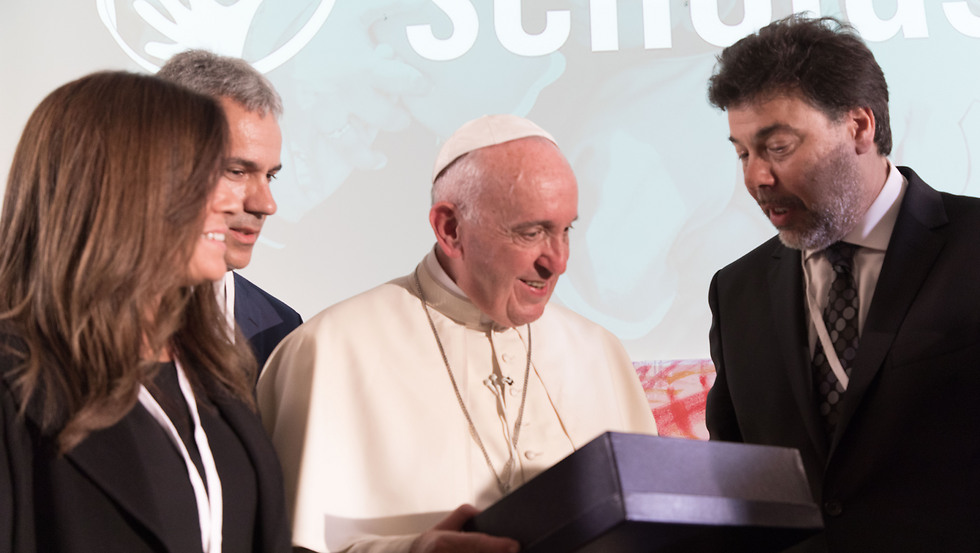 Pope Francis, center, with Darío Werthein, Chairman of the Board of World Ort, left. (Photo: Bernardo San Torcuato)
