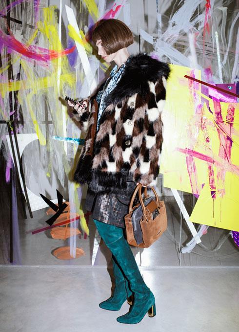 חולצה וחצאית – אליאן סטולרו; מעיל פרווה סינתטית, מארק ג'ייקובס בפקטורי 54; תיק, בלדיניני (צילום: דניאל קמינסקי)