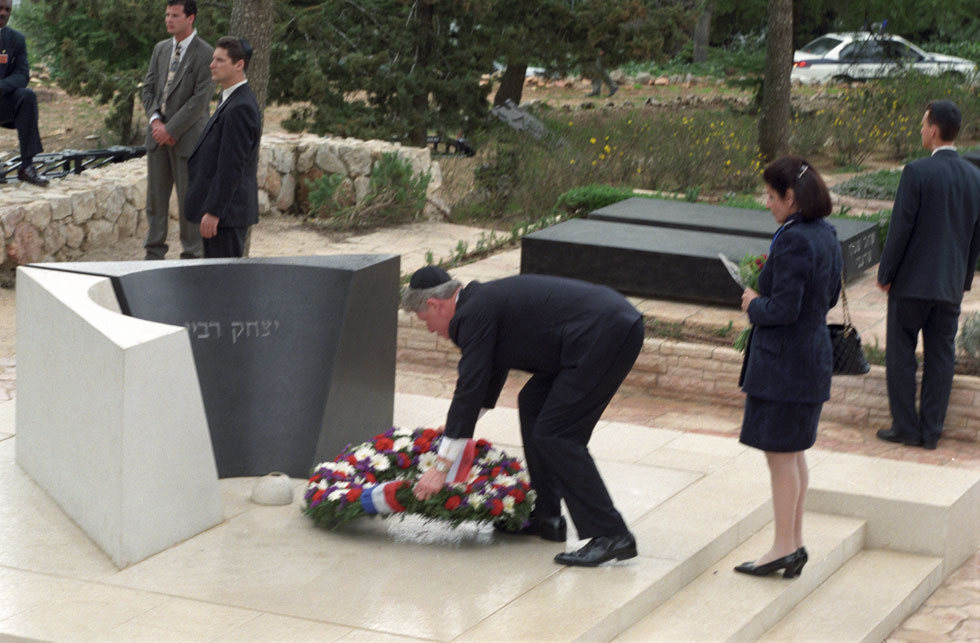Лея Рабин и Билл Клинтон возлагают цветы на могилу Рабина, 1996 год