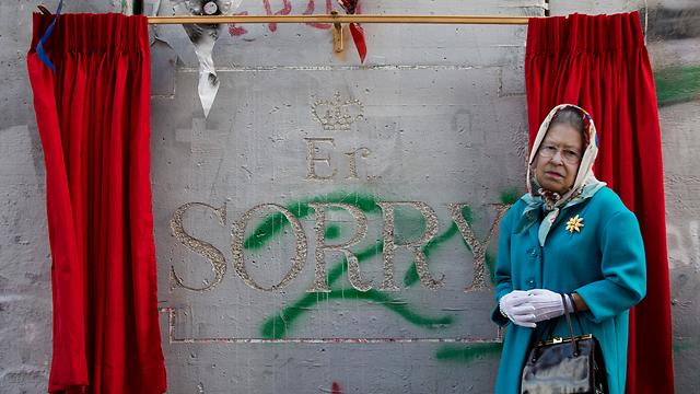 """""""סליחה"""". אדם מחופש למלכת אנגליה במחאה בבית לחם (צילום: AP) (צילום: AP)"""