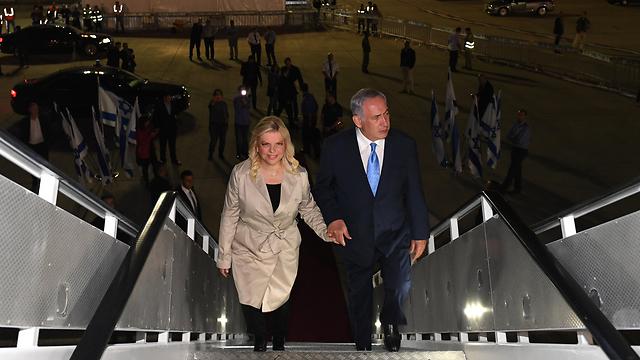 ראש הממשלה נתניהו ורעייתו לפני המראתם ללונדון (צילום: קובי גדעון) (צילום: קובי גדעון)