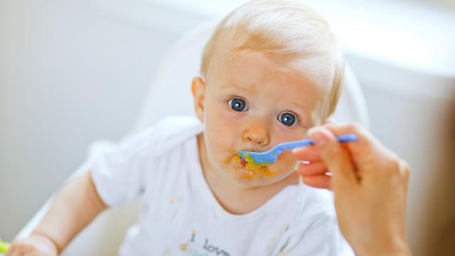 תנו לילד להתלכלך במהלך האוכל (צילום: shutterstock) (צילום: shutterstock)