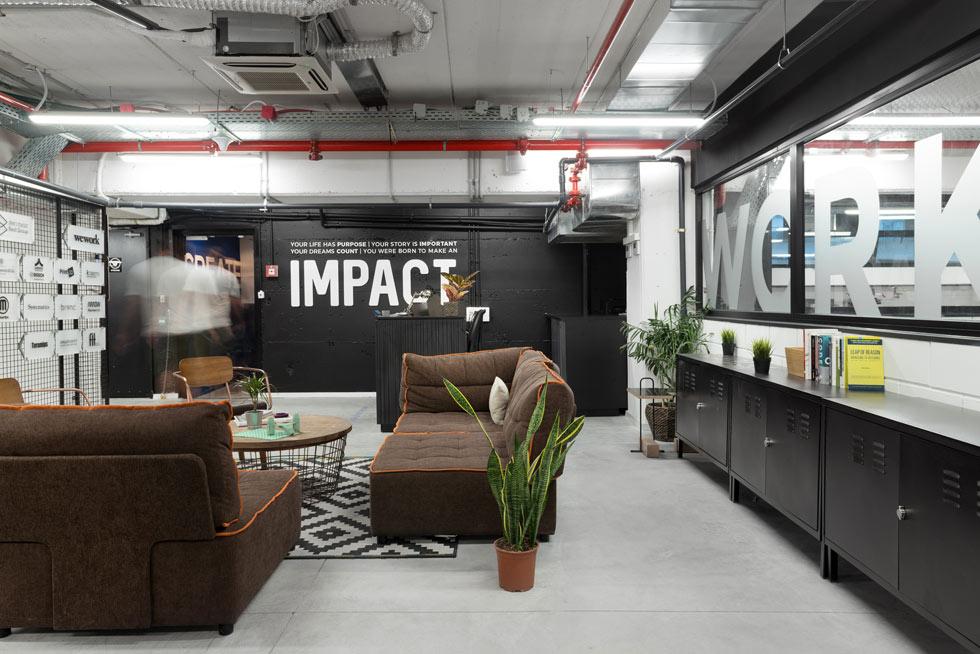 ''אימפקט לאבס''. יש כאן גם פינות ישיבה נינוחות ושפה עיצובית שמזכירה את חללי העבודה של WeWork בקומות הבניין שלמעלה, אך זה לא העיקר (צילום: גדעון לוין)