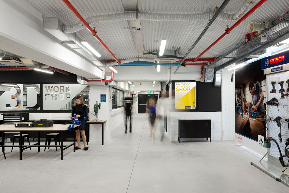 קומת המרתף הגולמית, ללא חלונות ועם תקרה נמוכה, הוסבה לאלף מטרים רבועים של מכונות ייצור וכלי עבודה מכל הסוגים (צילום: גדעון לוין)