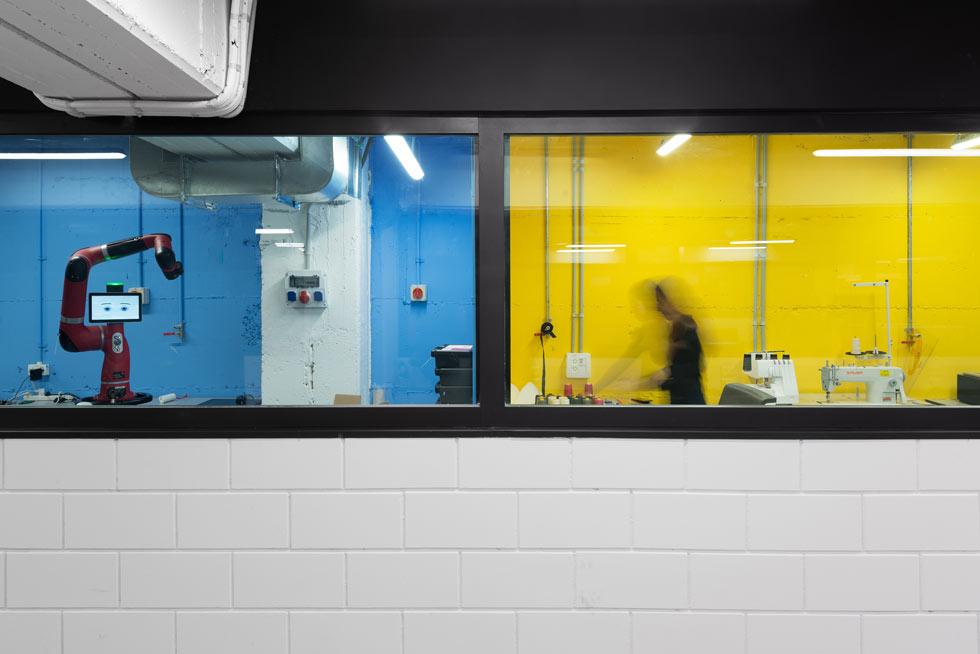 מימין מעבדת הטקסטיל, משמאל מעבדת הרובוטיקה. אחד האתגרים בתכנון היה שילוב מערכות האוורור והנידוף הנדרשות למקום סגור שבו חומרים ופולימרים שלא מומלץ לשהות במחיצתם לאורך זמן (צילום: גדעון לוין)